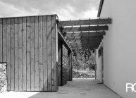 Rodinný dům od architekta Radomíra Grafka – soudobá architektonická forma v tradiční venkovské zástavbě, propojení s uživatelskou stavbou.