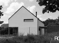 Rodinný dům od architekta Radomíra Grafka – soudobá architektonická forma v tradiční venkovské zástavbě, pohled na štítovou stranu.