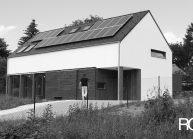 Rodinný dům od architekta Radomíra Grafka – soudobá architektonická forma v tradiční venkovské zástavbě, celkový pohled.