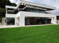 Rodinná funkcionalistická vila ve Varnsdorfu – čelní pohled ze zahrady.