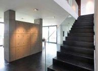 Interiér funkcionalistické rodinné vily ve Varnsdorfu – přízemí se schodištěm.