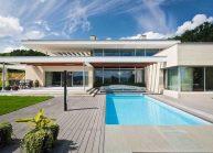 Funkcionalistická rodinná vila pod Špičákem, Varnsdorf – čelní pohled s bazénem.