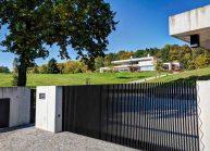 Funkcionalistická rodinná vila pod Špičákem, Varnsdorf – pohled od vjezdové brány.