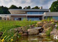 Funkcionalistická rodinná vila pod Špičákem, Varnsdorf – vodní kaskáda v jezírku.
