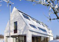 Moderní rodinný dům s dominantními střešními okny od architekta Radomíra Grafka.