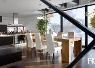 Moderní rodinný dům s dominantními střešními okny – pohled do jídelního prostoru.