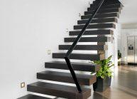 Moderní rodinný dům s dominantními střešními okny – designové schodiště s minimalistickým zábradlím.