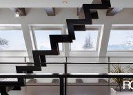 Moderní rodinný dům s dominantními střešními okny – ocelové schodiště v patře.