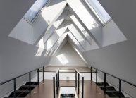 Moderní rodinný dům s dominantními střešními okny – otevřená galerie v podkroví.