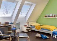 Moderní rodinný dům s dominantními střešními okny – interiér dětského pokoje se střešními okny.
