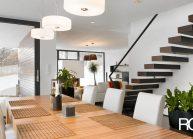 Moderní rodinný dům s dominantními střešními okny – pohled přes jídelní stůl.