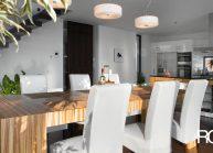 Moderní rodinný dům s dominantními střešními okny – jídelní stůl z masivního dřeva.