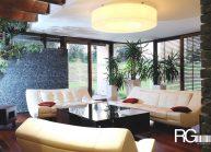 Venkovský rodinný dům od architekta Radomíra Grafka – interiér přízemí s centrálním kruhovým svítidlem.