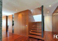 Venkovský rodinný dům od architekta Radomíra Grafka – detail dřevěného schodiště a vestavěných skříní.
