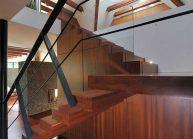 Venkovský rodinný dům od architekta Radomíra Grafka – dřevěné schodiště se skleněným zábradlím.