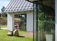Venkovský rodinný dům od architekta Radomíra Grafka – detail rohového okna.