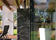 Venkovský rodinný dům od architekta Radomíra Grafka – detail terasy s krbem.